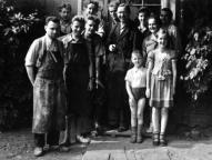 Martin Geyer mit seiner Familie und den Tischlern Ende der 50er Jahre
