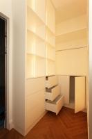 Ankleidezimmer mit Einbauschränken und raumhohen Regalen