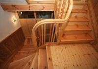 sanierte Treppe (Stufen, Gelaender, Pfosten, Wandverkleidung, Podest)
