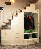 Flurschrank angepasst an Treppenverlauf