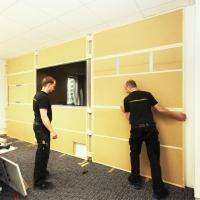 Montage der Wandverkleidung mit Holzfaserdämmplatten für Schallschutz