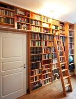 Bücherregal mit fahrbarer Leiter