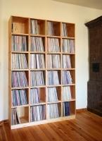 Schallplattenregal montiert aus 24 einzelnen Kisten